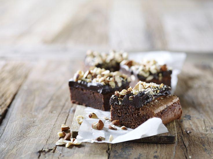 Brownie med nøddecrunch og chokoladecreme