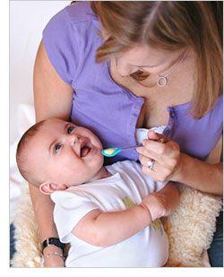 2 juegos para estimular el desarrollo de habilidades como ser alimentado con cuchara y coordinación de manos en bebés de 6 meses.