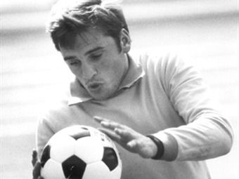 Mazurkiewicz helped the Uruguay national team qualify for the semifinals of the 1970 World Cup, where they were beaten by the eventual champion, Brazil. He was elected the best goalkeeper of that tournament. He also played for the Brazilian side Atlético Mineiro. #futbol #futebol #soccer #uruguay #Mazurkiewicz #goalie #crazy #portero #atleticomineiro