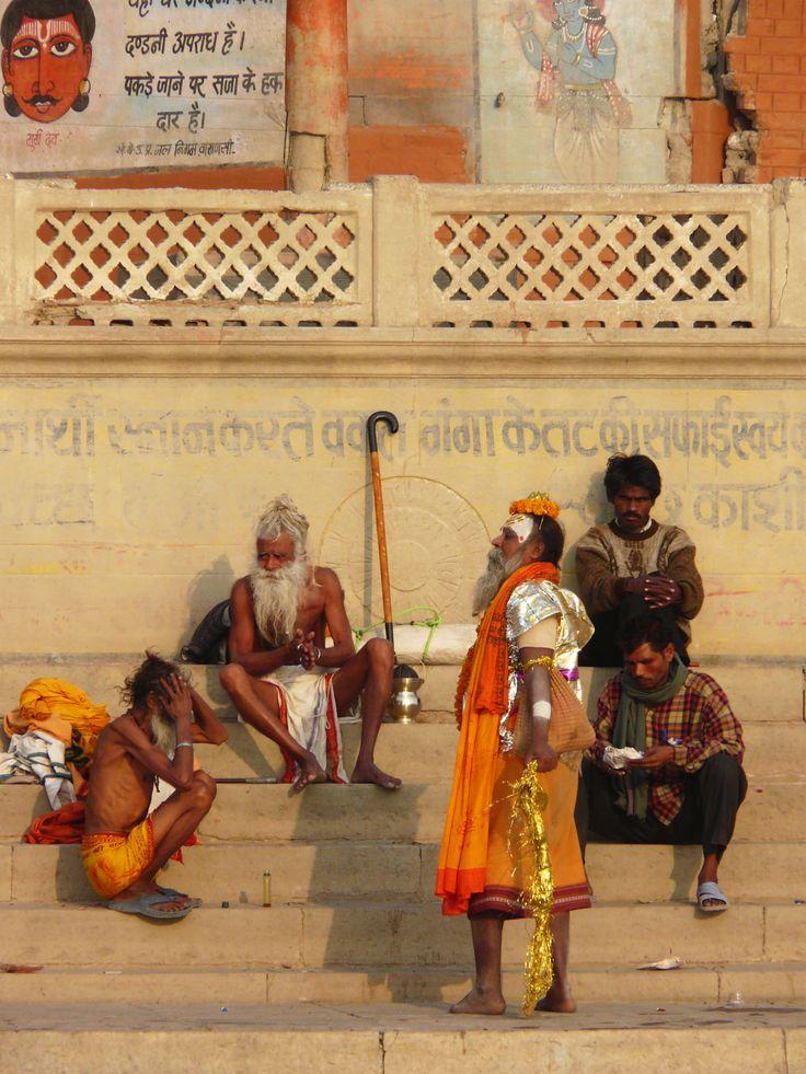 Doen in Varanasi: dwalen langs de tientallen ghats, de trappen naar de rivier, en zien hoe de stad leeft en doodgaat. Dit is heel veel India op één plek. Het kastesysteem ontvouwt zich voor je ogen; van holi men (priesters) tot een boottocht over de Ganges (Ganga river).  Hier is heel veel heilig. Photo: Varanasi, Uttar Pradesh, India