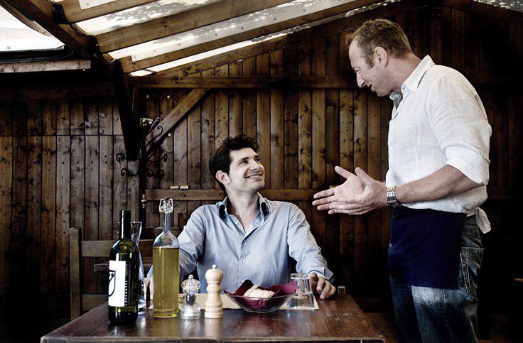 Al ristorante... il cameriere parla (importanza di un linguaggio del corpo efficace), il cliente ascolta e sorride