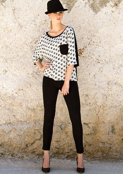 Asymmetric knit blouse with print of hearts on the front and black jersey fabric mousse and back pocket, ideal for comfortable sports appearance