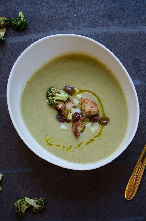 Potage de brocoli est l'un des meilleurs dégusté. Avec sa garniture, brocoli grillé, raisins secs marinés et crouton Garam Massala, un must.