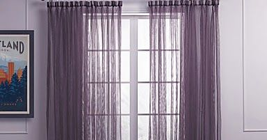 Cortinas Púrpuras de Dormitorio Semi Transparentes, de estilo decorativo moderno. Son dos paneles de tela morada para tratamiento de ven...