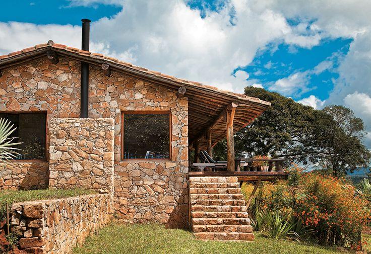 Dois painéis fxos de vidro (1,60 x 1,60 m) recortam a parede estrutural montada com pedras típicas do local, assentadas sem rejunte aparent.