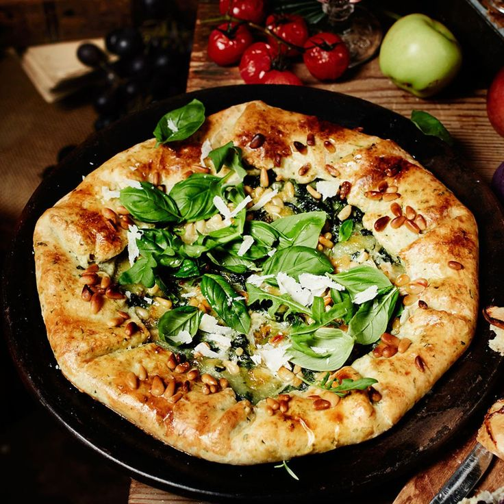 Mozzarella ja parmesaani mehevöittävät vihreän galette-piirakan.