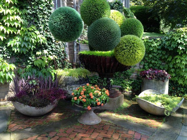 Formaler Garten im englischen Stil mit Pflanzkübeln