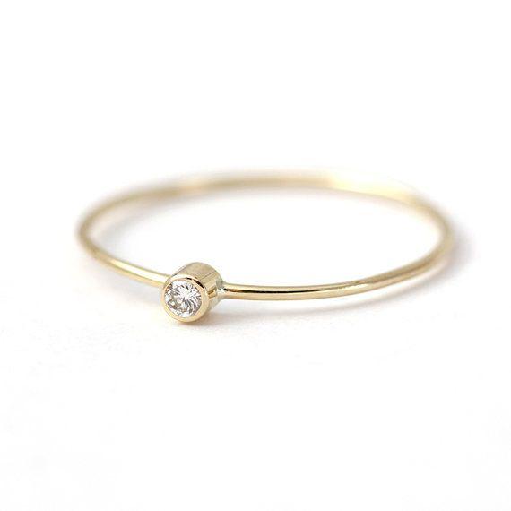 Bague à diamants délicat en or 14 k. Lignes propres et simples ; bague douce et féminine. Il peut être une bague de fiançailles ou une belle bague de