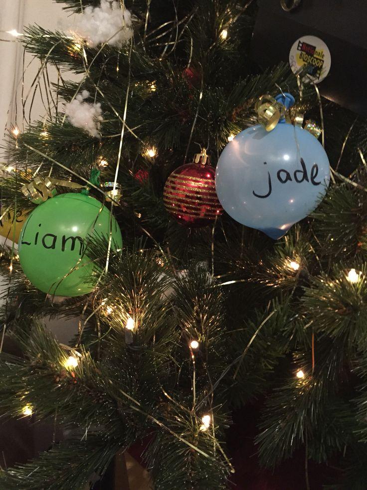 Kerstballen van ballonnen met een centje erin. Leuk voor in de boom voor de (klein)kinderen!