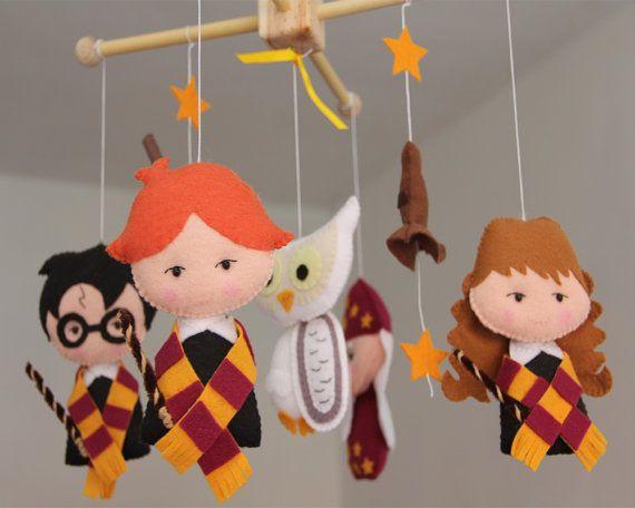 ♥ Importante: ♥ Questo cellulare non è pronto per la spedizione.  Ehi, benvenuto a Les Petites Shop!  Lasciate il vostro Petites con un bel tocco a mano da decorare la vostra stanza del bambino con questo splendido mobile. * * Si prega di leggere tutto prima di effettuare lacquisto per tutti i dettagli e domande. Grazie!  ~ DETTAGLI DI ~ Questo bambino cellulare include: Personaggi di Harry Potter. Harry Potter Hermione, Rony Weasley, Silente Hedwig gufo, Lordinamento Hat (guidata) e Nimbus…