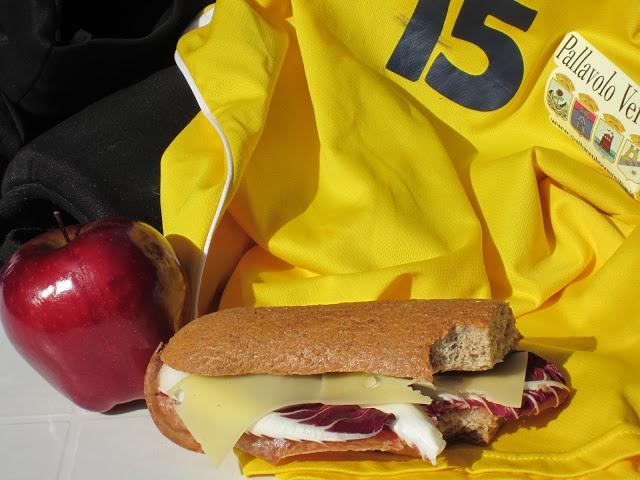 SCHISCETTA!: Panino integrale con Emmentaler, radicchio e salame ungherese.