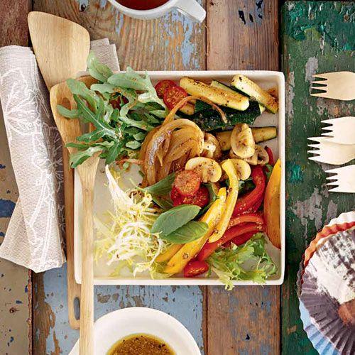 Antipasti-Salat 2 Paprikaschoten (rot und gelb)  2 TL Apfelessig  3 EL Olivenöl  ½ TL süßer Senf  Salz  frisch gemahlener Pfeffer  250 Gramm Champignons  2 Knoblauchzehen  1 Zweig Rosmarin  200 Milliliter Hühnerbrühe  2 TL Balsamessig  1 TL Zucker  250 Gramm Zucchinis  1 Zwiebel  1 EL Weißweinessig  2 TL brauner Zucker  200 Gramm gemischte Blattsalate (z. B. Lollo bionda, Rauke, Feldsalat, Radicchio)  150 Gramm Kirschtomaten  ½ Bund Basilikum