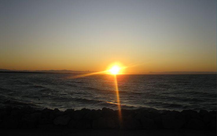 Il sole allunga i suoi raggi sull'acqua