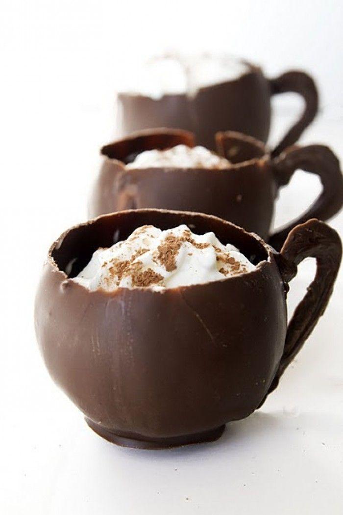 Kopjes van chocolade. Ze zijn te vullen met bijvoorbeeld ijs.