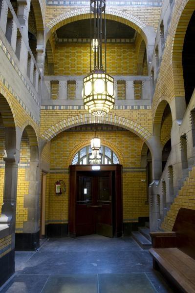 Hal en trappenhuis in de Burcht van Berlage. Foto Arjan Bronkhorst