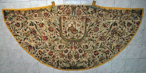 9HT0083a.jpg - Manifattura siciliana, Piviale, raso di seta ricamata in fili di seta policroma, sec. XVIII.