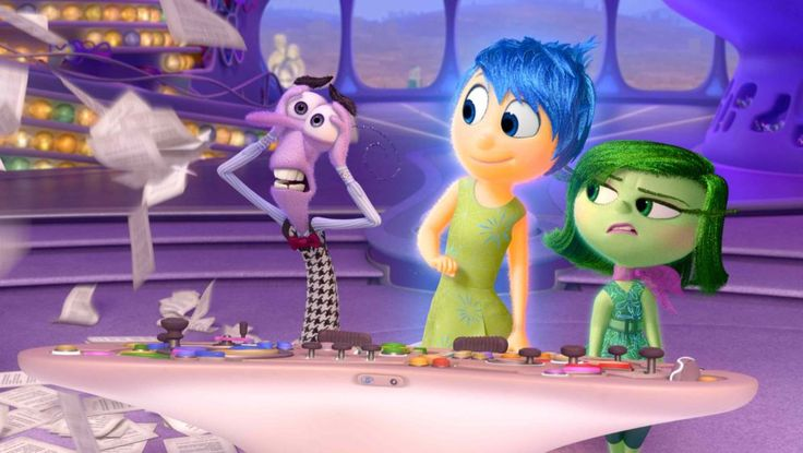 """07. """"Alles steht Kopf"""" (2015): Nach mehreren Filmen, die das Gefühl vermitteln, als hätte Pixar das Gespür für einzigartige Stoffe bei Disney in der Kabine abgegeben, kommt das zauberhafte """"Alles steht Kopf"""" gerade recht. Hier stimmt fast alles: die blitzgescheite Grundidee von den belebten Emotionen im Gehirn eines Mädchens, das unheimliche Setting im Unterbewusstsein, die schrägen Figuren und vor allem eine Schlusspointe, die sich sonst wohl kein großes Filmstudio für einen Familienfilm…"""