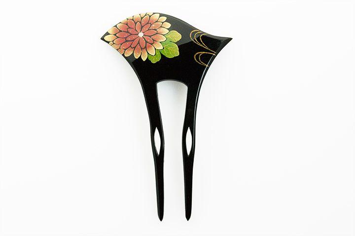 [髪飾り 銀杏型かんざし 黒] kimono kanzashi  黒に図柄が上品に映える銀杏型のかんざし(簪)です。 この商品は手作業で絵付けがされております。