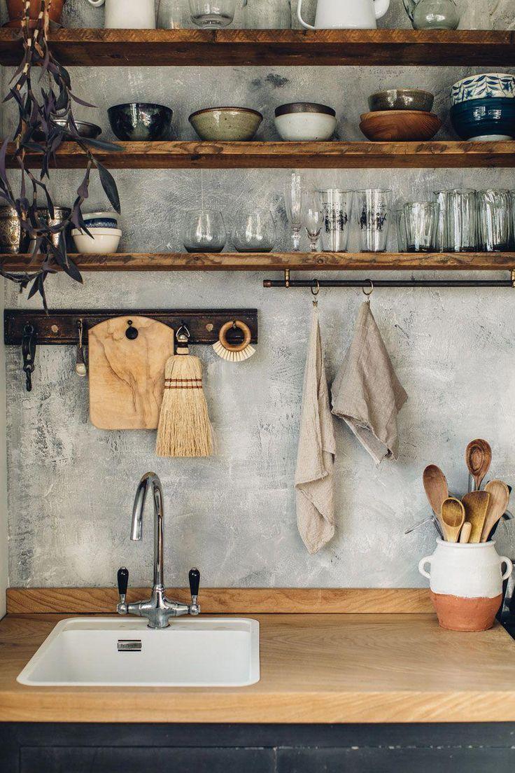 offenes Küchenregal aus Holz mit weiß getünchtem Backsplash. / sfgirlbybay #bestkitcheninterior