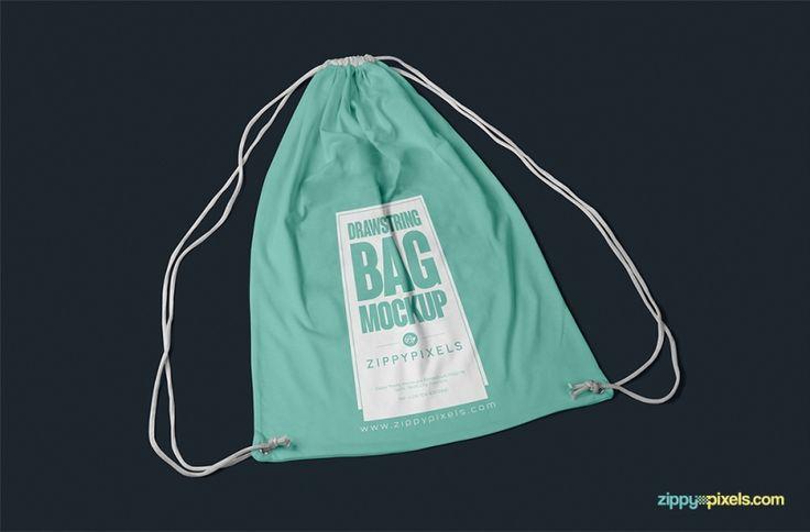 Si entre los elementos de merchandising del proyecto en el que estás trabajando también se incluye una mochila de cuerdas, quizás este sea el mockup perfecto para la presentación de tu diseño.