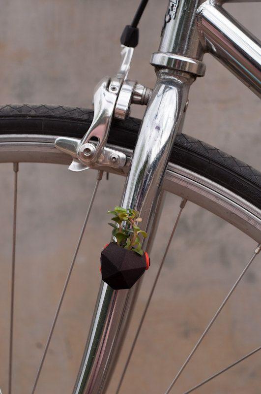 ¿Imaginado poner una planta en tu moto? Esta sembradora usable, hecha para su bici, es tu oportunidad para hacer justamente eso. Funciona muy bien con plantas de aire y suculentas pequeñas para andar por la ciudad y hacer aún más verde su transporte verde.    Como todos nuestros otros plantadores, se crea este plantador de la bicicleta con la impresión 3D. Creamos el formulario utilizando el software de modelado, similar a lo que es utilizado por ingenieros y arquitectos. Este archivo es…