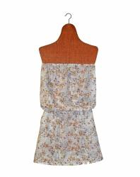 (Mini-robe) se faire la belle. Une robe d'été comme on les aime, charmante et sexy, avec son bustier élastiqué et sa jupe courte et légère.