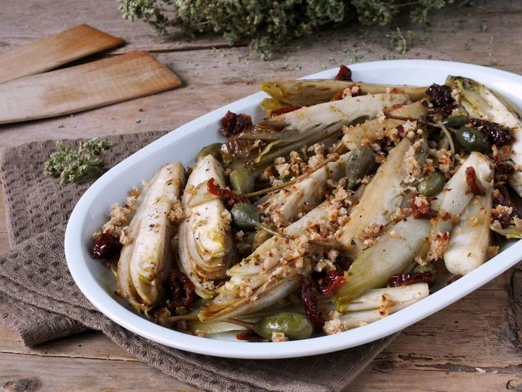 L'indivia belga al tegame è un contorno saporitissimo che coniuga alla perfezione bontà e semplicità. Ottimi ingredienti lo rendono irresistibile.