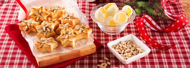 Preparazione Biscottini al burro e formaggi: Tagliate il Burro Santa Lucia a pezzetti e lasciatelo ammorbidire a temperatura ambiente in una terrina...