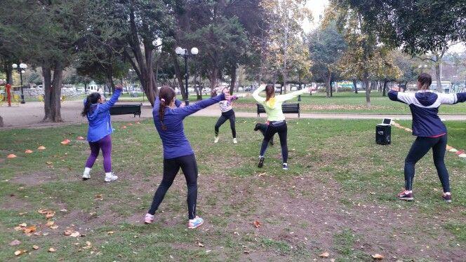 Clases de zumba como ejercicio complementario al entrenamiento funcional al aire libre