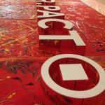mit PACT SALES GmbH  Kombiniertes Individual- & Team-Actionpainting 2 x 6,20 Meter – ges. 12 Malplatten (zzgl. 2 Malplatten für Zweitstandort) mit 3D-Schriftzug und 200 Malkartons (10 x 10 cm) mit den firmeninternen individuellen Namenskürzeln. Es entstand ein erweiterbares Gemeinschaftskunstwerk in zwei Teilen.