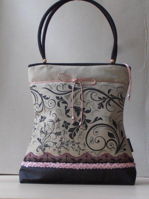 Saját tervezésû mintával nyomott nõi táska csipke díszítéssel