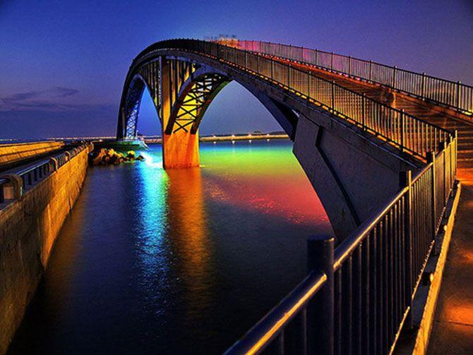 Taiwanezii au gasit comoara la capatul curcubeului :Am gasit un super-pod, luminat in toate culorile curcubeului in Magong, provincia Penghu, din Taiwan.
