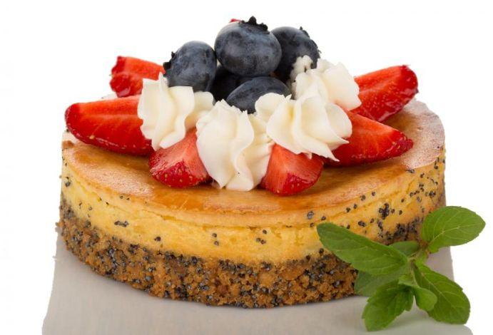 Ostekake med blåbær, jordbær og pisket krem  http://kakene.no