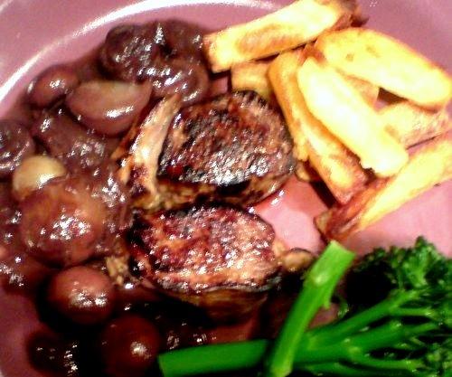 Venison Loin with shallots, mushrooms & red wine sauce Recipe - http://www.dessertsqueen.com/ensalada-con-pure-de-platano-o-banana-recipe/