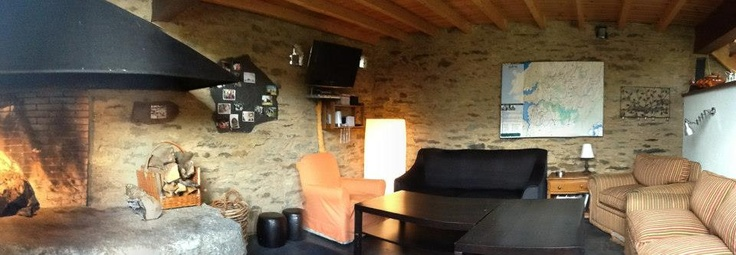 A PALLEIRA De un antiguo pajar hemos logrado crear un agradable salón de uso común con chimenea, TV, DVD, música, servicio de bar, WIFI, juegos de mesa, WII, libros, mapas, rutas, información turística.