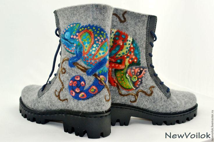 Купить или заказать Ботинки валяные женские 'Хамелеоны'. Зимняя обувь. в интернет-магазине на Ярмарке Мастеров. Оригинальные серые валяные ботики с яркими позитивными хамелеонами. Зимняя обувь полностью сваляна вручную. Рисунок выполнен в технике сухого валяния. Плотный качественно свалянный войлок. Валяные ботинки удобные и практичные. Необычный, яркий рисунок однозначно не оставит хозяйку ботиночек без внимания окружающих. Очень удобная, тёплая зимняя обувь. ...........................