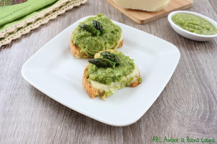 I crostini con crema di asparagi e formaggio sono deliziosi crostini, ideali da servire sia come antipasto che come aperitivo e finger food ad un buffet.