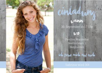 Trendy Einladung als Fotokarte in Landlook mit blauen Akzenten.
