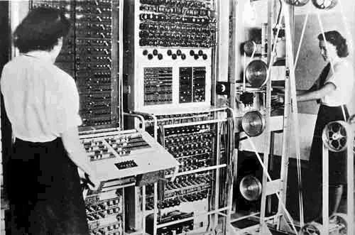 Colossus costruito nel Regno Unito dalla Royal Navy durante la seconda guerra mondiale per decodificare i messaggi dei tedeschi.  Fu il primo computer ad usare valvole termoioniche al posto dei relè che ne consenti di aumentare notevolmente la potenza di calcolo. Il progetto del calcolatore e del matematico Max Newman basandosi sui principi della macchina di Turing.  Alla fine della guerra la macchina fu distrutta e i progetti bruciati.