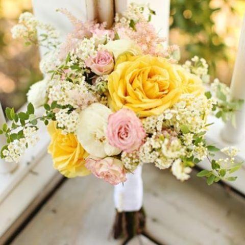 • Flores pra você!  Para alegrar o seu dia e começar a semana com muito amor e disposição!  E esse lindo modelo de bouquet, eu encontrei no IG da Fe, @omgimengaged ✨