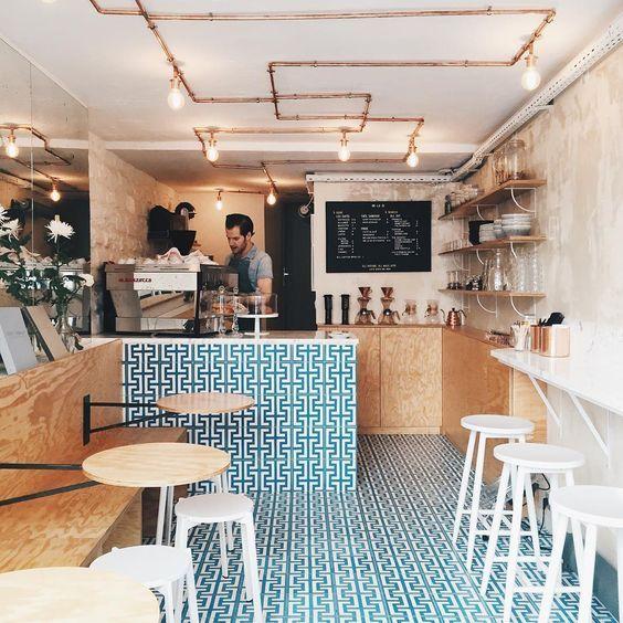 Pin Veredas Arquitetura ---- www.veredas.arq.br-----Neste café superestiloso em Paris até os uniformes são fashionistas