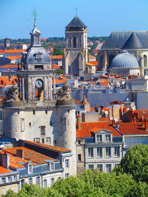 La Rochelle, France - le contraste entre les toits de tuiles et ceux d'ardoise