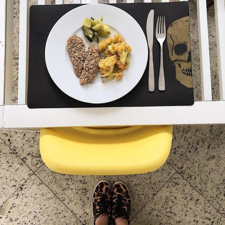 E que comece o ano de verdade agora... almoço pós carnaval leve e saudável da @livupoficial  fica fácil fazer dieta com vocês! Entro no site e quero de tudo!  #livupoficial  (frango com crosta de castanha de caju couve flor com páprica e abobrinha refogada)