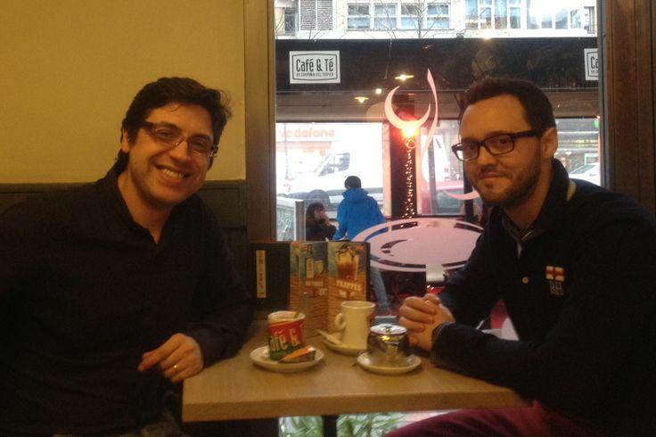 Conversación de negocios en el café con mi amigo Marcos Dreira.