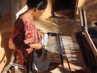 Proses pembuatan kain rang-rang Bali dimulai dari pemilihan sketsa dengan mempertimbangkan pemilihan motif serta komposisi warna.