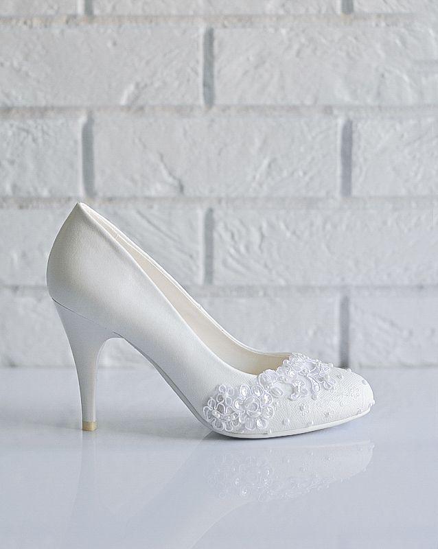 Свадебные туфли: F219-W443 - http://vbelom.ru/catalog/svadebnye-tufli-f219-w443/ Превосходные свадебные туфли на высоком каблуке.  Цвет туфель идеально сочетается с тоном свадебного платья. Высокий каблук делает ступню изящной. Мыс закруглен и декорирован цветами и бусинами, в лучших трад