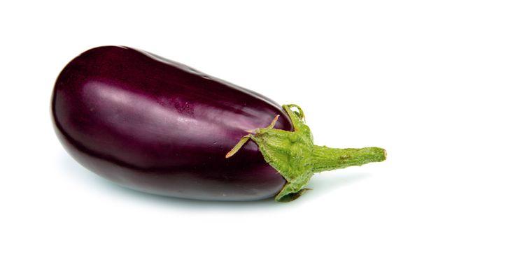 Serveer de aubergine bereid in de tajine met couscous en blokjes fetakaas. Een heerlijk vegetarisch stoofgerecht.