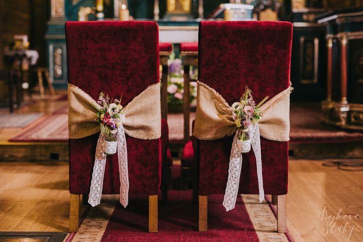INNA Studio_ flowers on a chair / chairs in the church for the wedding / dekoracja krzeseł na ślubie w kościele / rustykalne detale / fot. Bajkowe Śluby