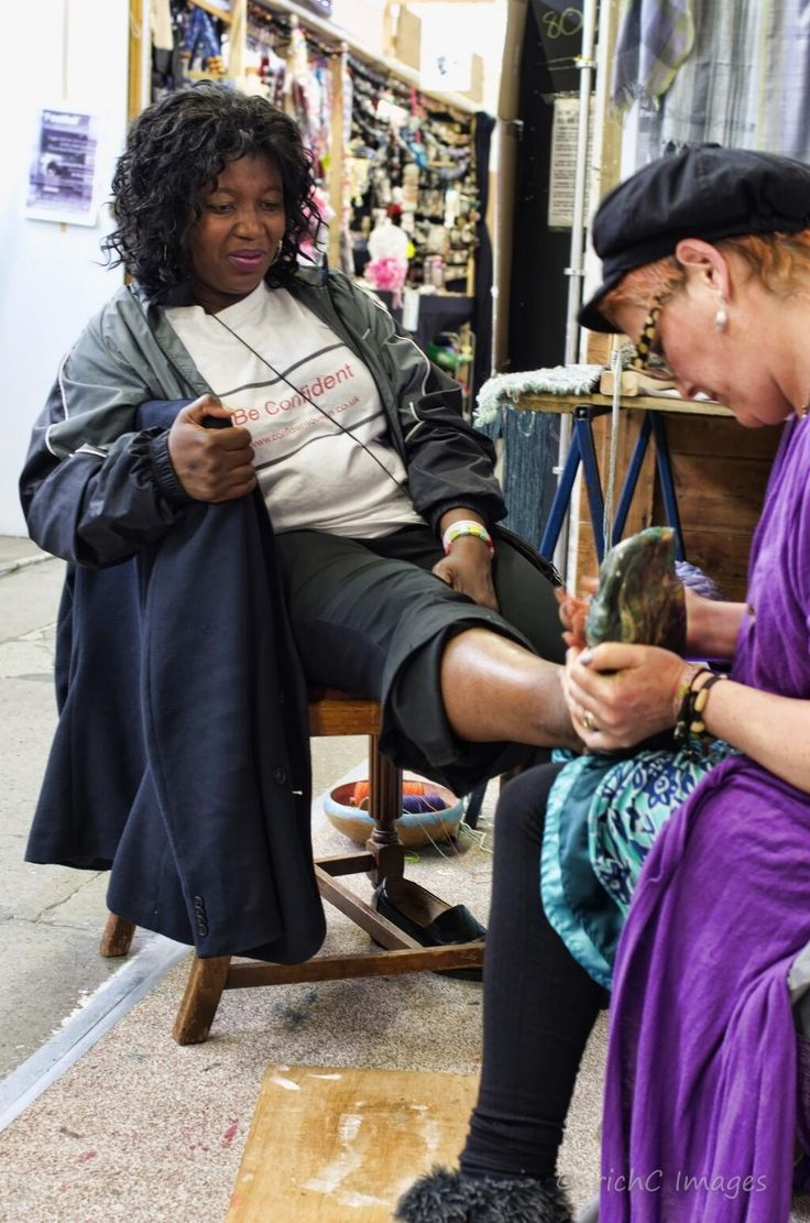 @confident_queen having a foot cast by @WendyCottam1 for Footfall at Gravesham Borough Market #lylm2014 #Gravesham pic.twitter.com/bVlqpvFGMI
