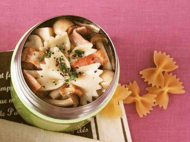 きのこたっぷりショートパスタスープ    材料 (1人分) ショートパスタ(今回はファルファッレ) 20g ベーコン(細切り) 1枚分 しめじ 30g エリンギ 20g マッシュルーム 2個 バター(またはオリーブオイル)5g ■ A コンソメ 小さじ1 塩、黒こしょう 各少々 ■ パセリ(みじん切り) 少々  作り方 1 スープジャーに熱湯を注いでフタをし、温める。 2 ①の間に小鍋にバター、ベーコンを入れて火にかけ、焼き色がついたら適当に切ったきのこ類を加えて炒める。 3 水(250ml・分量外)を加え、煮立ったらAで調味する。 4 スープジャーの湯を捨てて①を注ぎ、パスタを加えてフタをし、軽く振って1時間おく。食べる直前にパセリを振る。